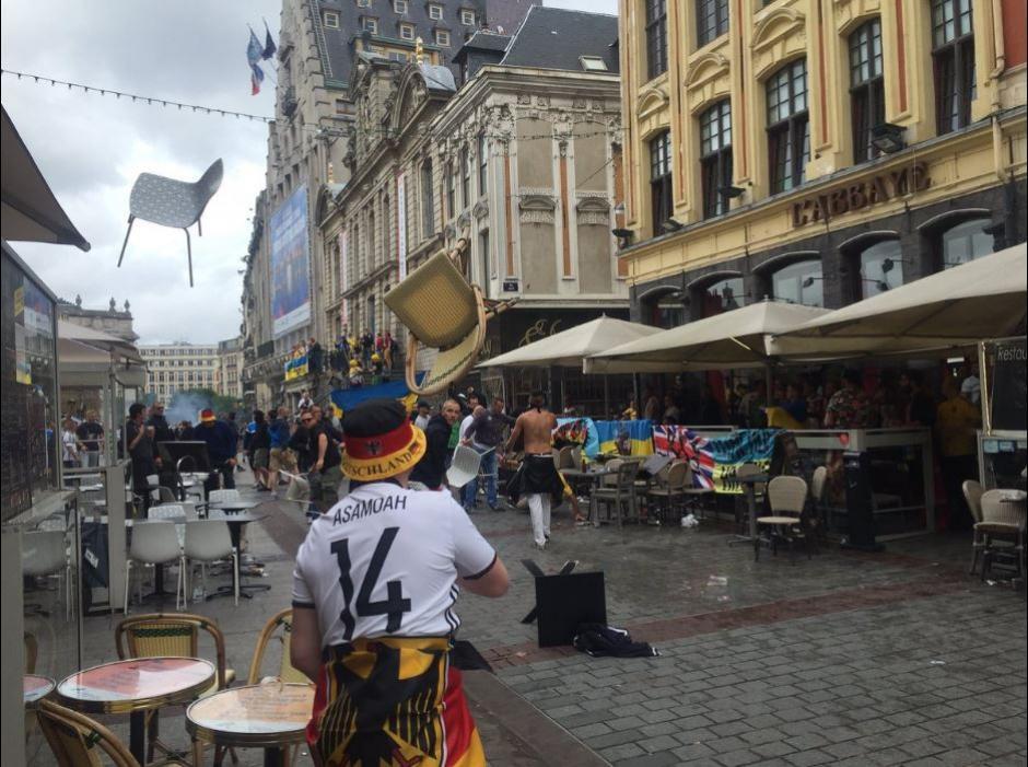Volaron las sillas, las botellas y las piedras entre los aficionados de Alemania y Ucrania. (Foto: Twitter)