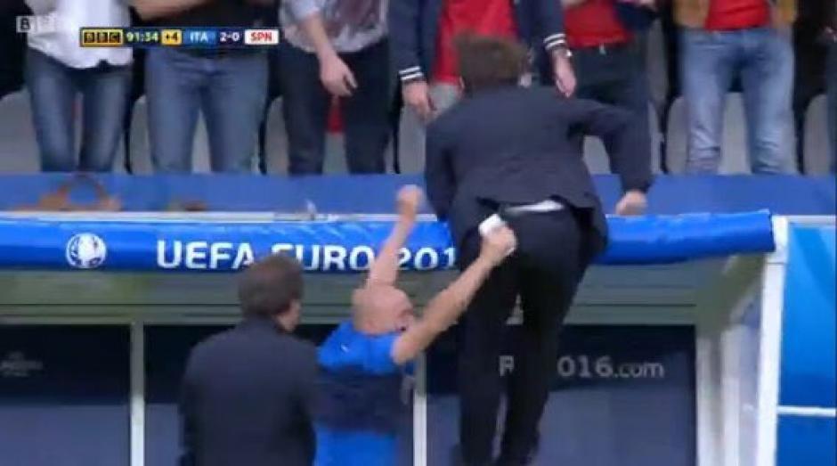 """Tras el segundo gol se desbordó de """"locura"""" Conte y hasta saltó sobre la banca. (Foto: Captura de imagen)"""