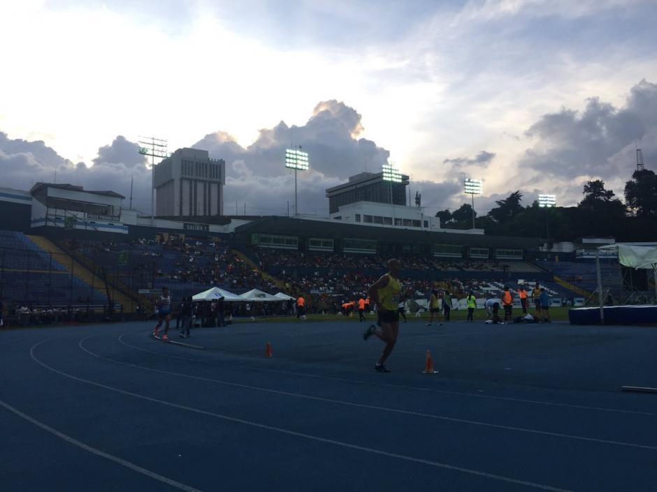 Tarde fresca y luego noche lluviosa acompañó al Festival de Atletismo. (Foto: Soy502)