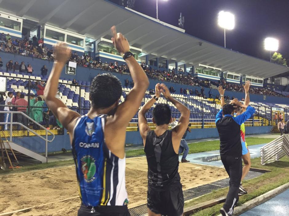 Con aplausos y reconocimiento del público terminó la velada deportiva en el Mateo Flores. (Foto: Soy502)