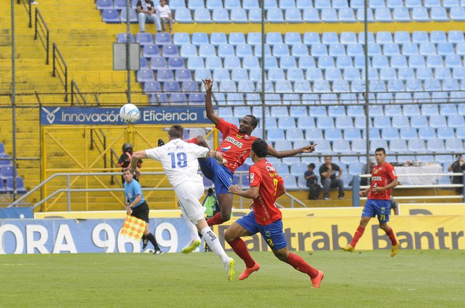 El argentino Emiliano López (18) al minuto 3, definió el único gol del partido, es su primero en clásicos. Denniss López intenta llegarle al balón pero no llegó. (Foto: Orlando Chile/Nuestro Diario)