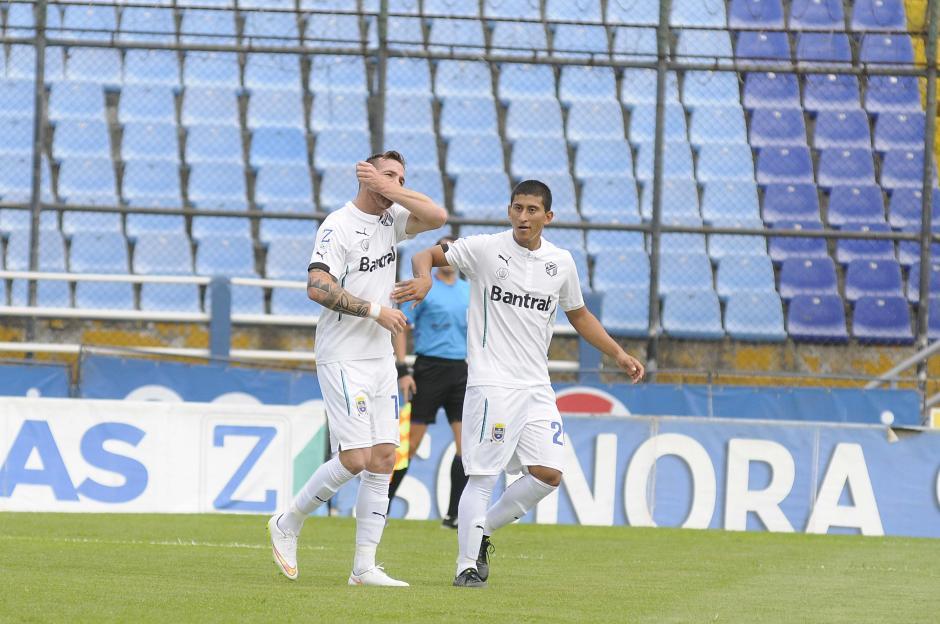 El argentino Emiliano López festeja su primer gol en clásicos, es felicitado por Steven Robles. (Foto: Orlando Chile/Nuestro Diario)