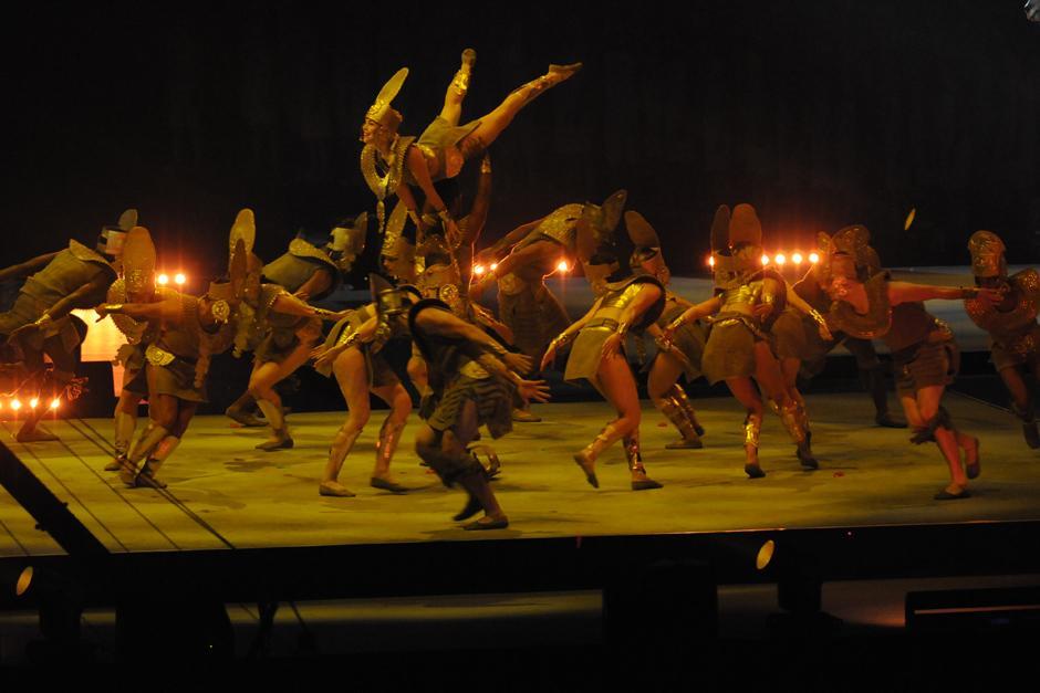 Un grupo de bailarines y acróbatas demostraron sus habilidades en el Rogers Centre de Toronto. (Foto: Pedro Mijangos/Soy502)