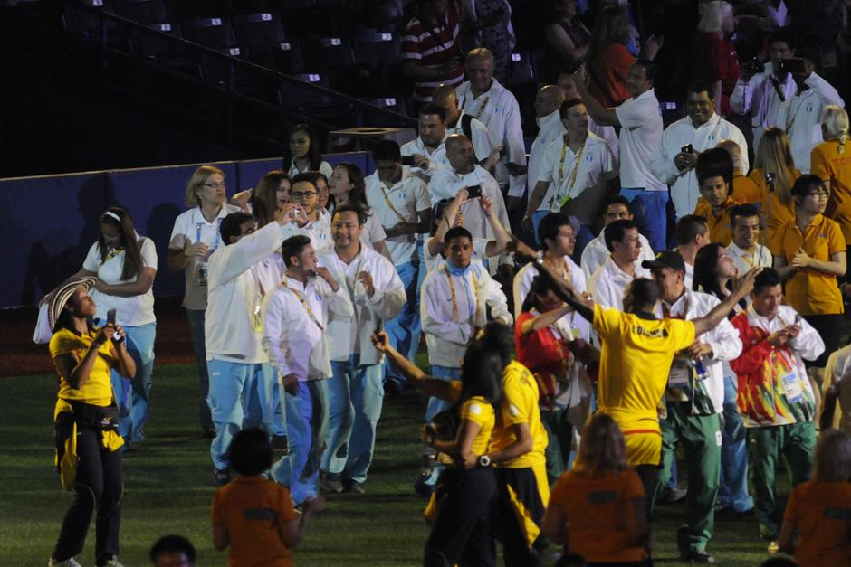 Los guatemaltecos aprovecharon a sacar fotos durante el desfile de clausura de los Juegos Panamericanos de Toronto 2015. (Foto: Pedro Mijangos/Soy502)