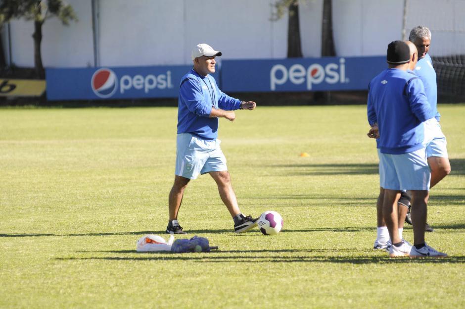 El técnico guatemalteco, Walter Claverí, vivió de manera intensa su primer partido al frente de la Selección Nacional. (Foto: Nuestro Diario)