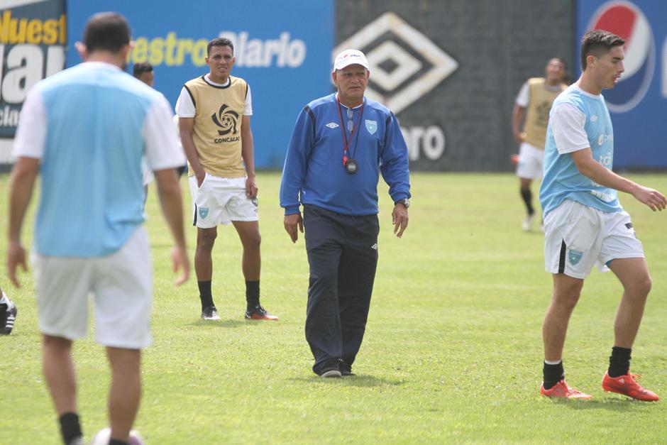 Walter Clavería está muy atento a los movimientos de sus jugadores. (FotoLuis Barrios/Soy502)