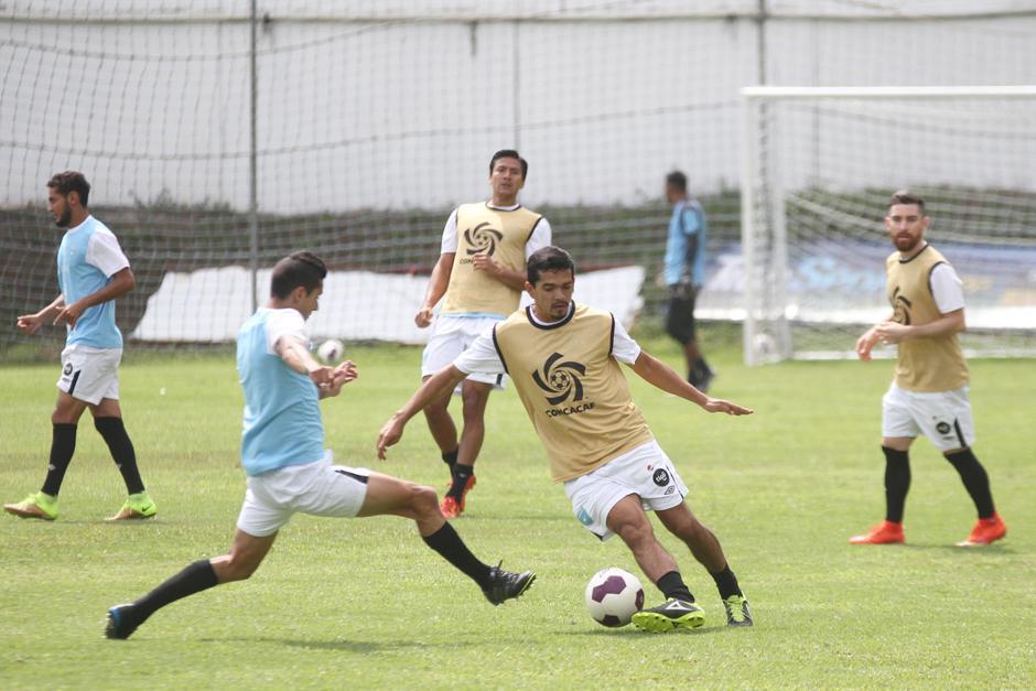 Rivas disputa el balón con Aparicio en duelo de media cancha. (Foto: Luis Barrios/Soy502)