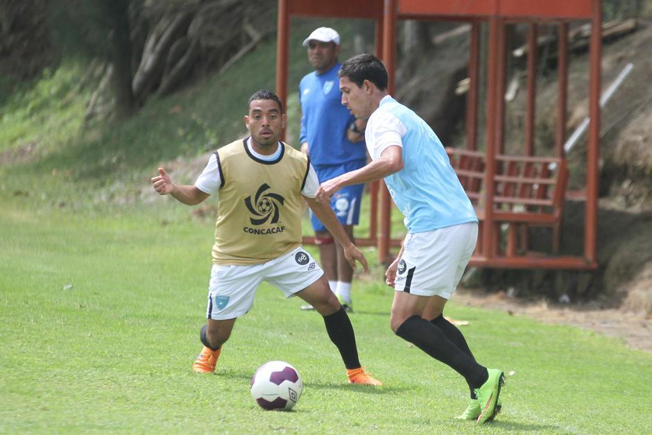 Jonathan López y Brayan Ordoñez, en una jugada sobre la banda. (Foto: Luis Barrios/Soy502)
