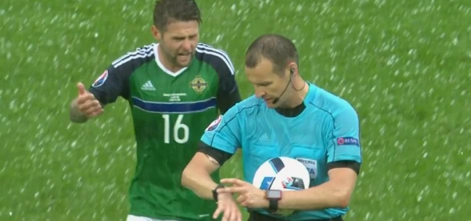 El árbitro decidió suspender unos minutos el partido por la fuerte granizada. (Foto: Captura de video)