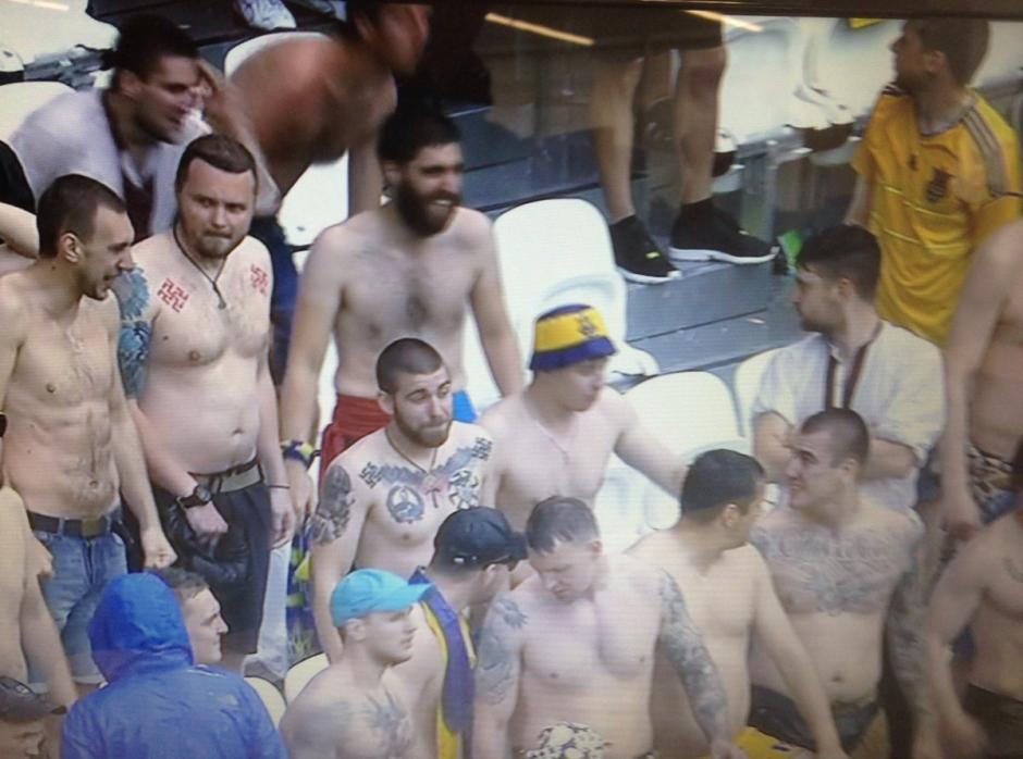 Los irlandeses resistieron sin camiseta la granizada. (Foto: Captura de video)