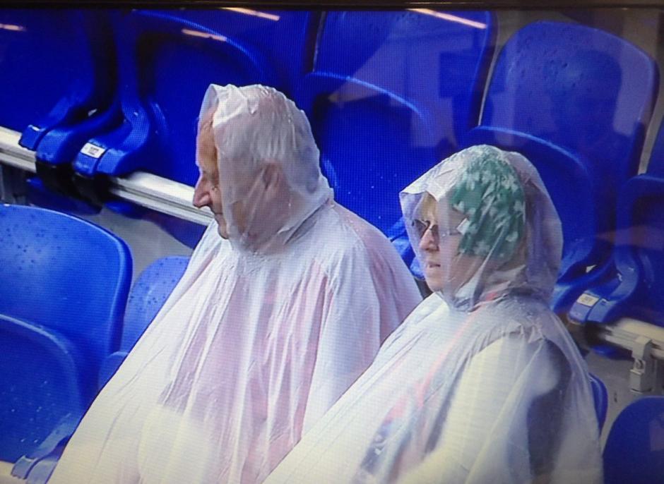 Los aficionados aguantaron la granizada en el estadio. (Foto: Captura de video)