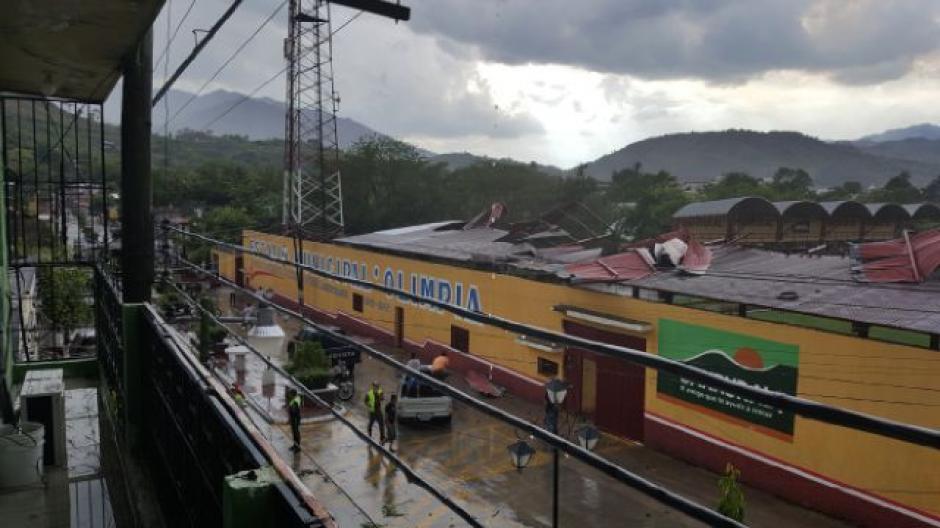 Las autoridades municipales levantan los pedazos de lamina de la tribuna del estadio de Jocotán. (Foto: @GRORIENTE)
