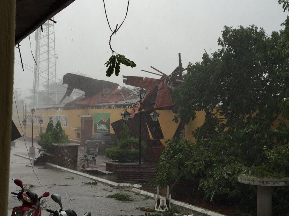 La lluvia se arrancó las láminas de la tribuna del estadio de Jocotán, Chiquimula. (Foto: @jocotan_fc)