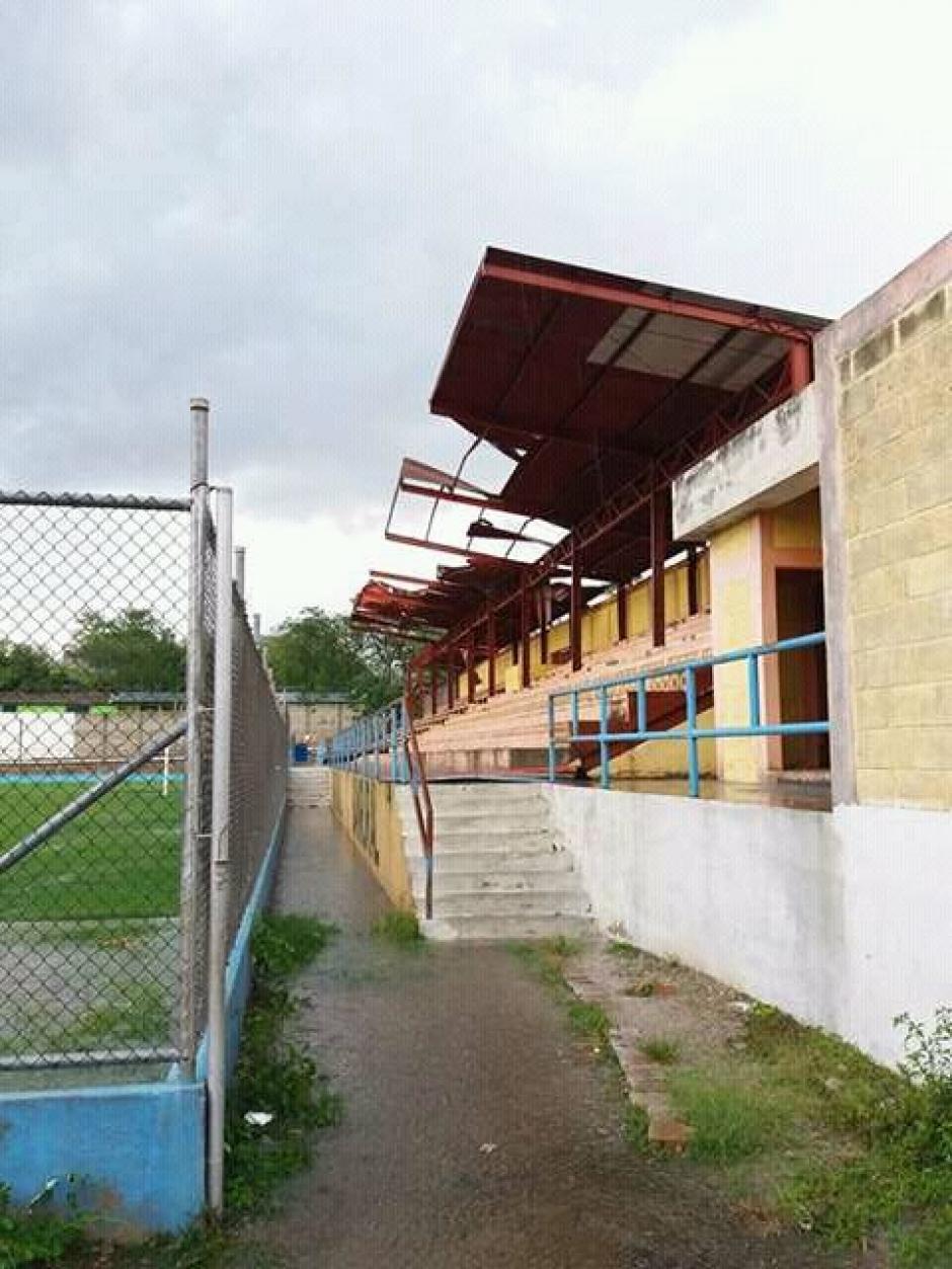 Así luce el interior del estadio tras los fuertes vientos en Jocotán. (Foto: Gerardo Lorenti)