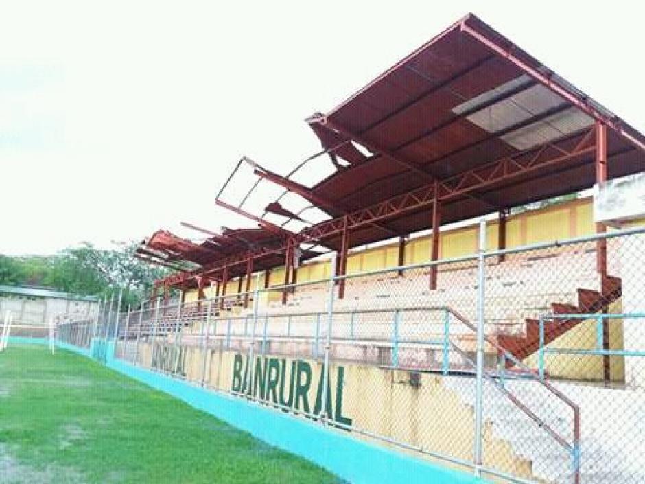 Así luce la tribuna del estadio Olimpia de Jocotoán. (Foto: Gerardo Lorenti)