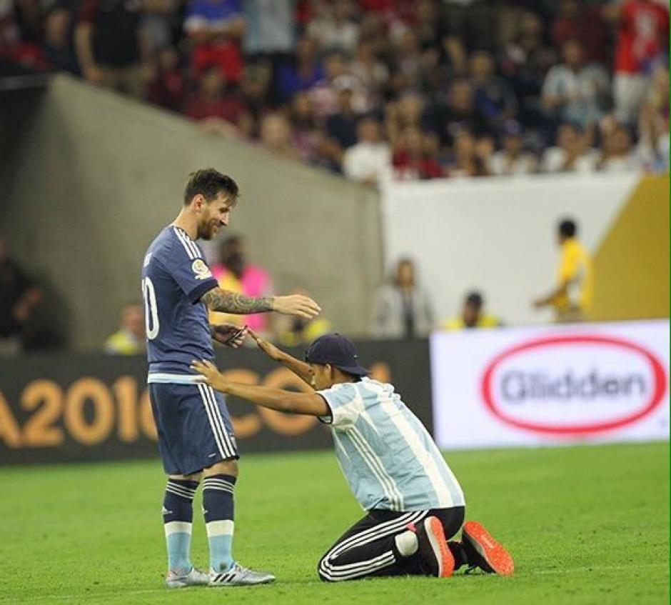El espontáneo hizo reverencia a Messi.  (Foto: Espacio Futbol)