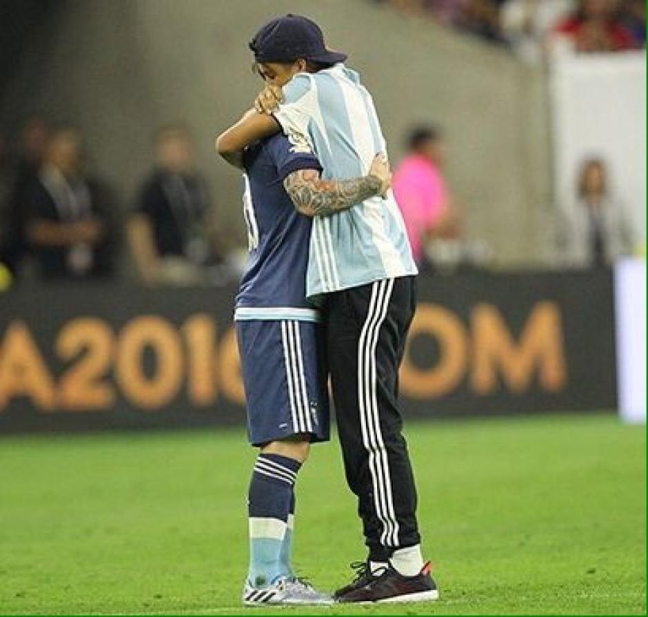Este seguidor abrazó en dos ocasiones a Messi. (Foto: Espacio Futbol)