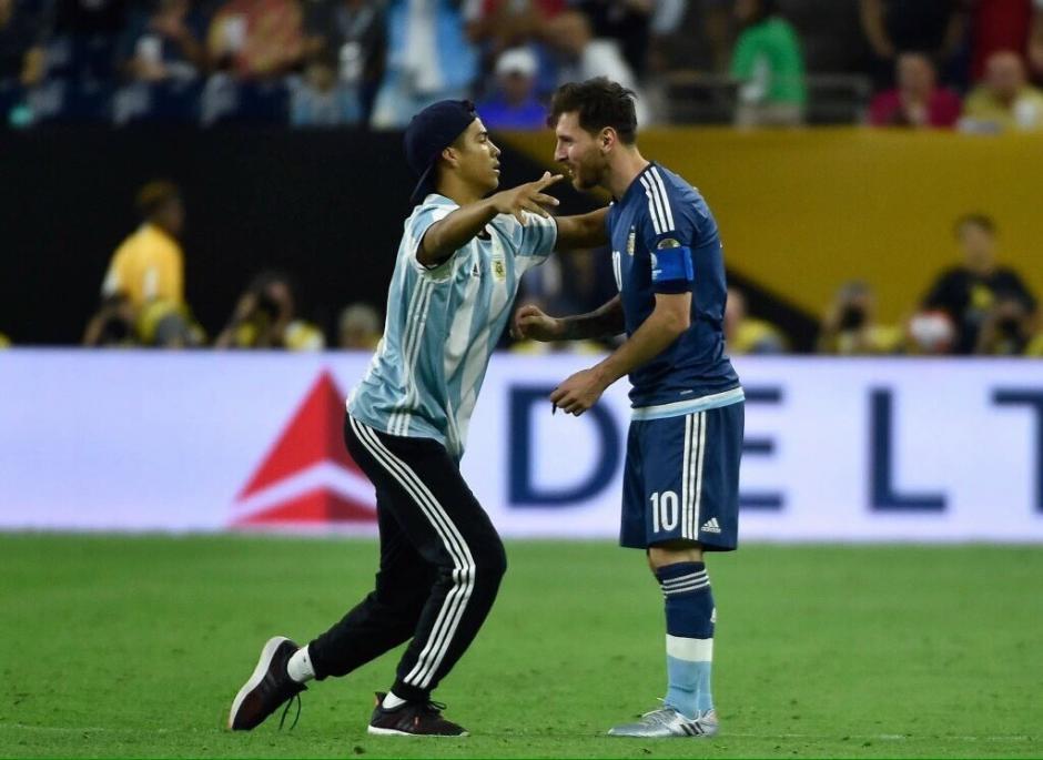 Este aficionado burló la seguridad y llegó hasta Messi. (Foto: Espacio Futbol)