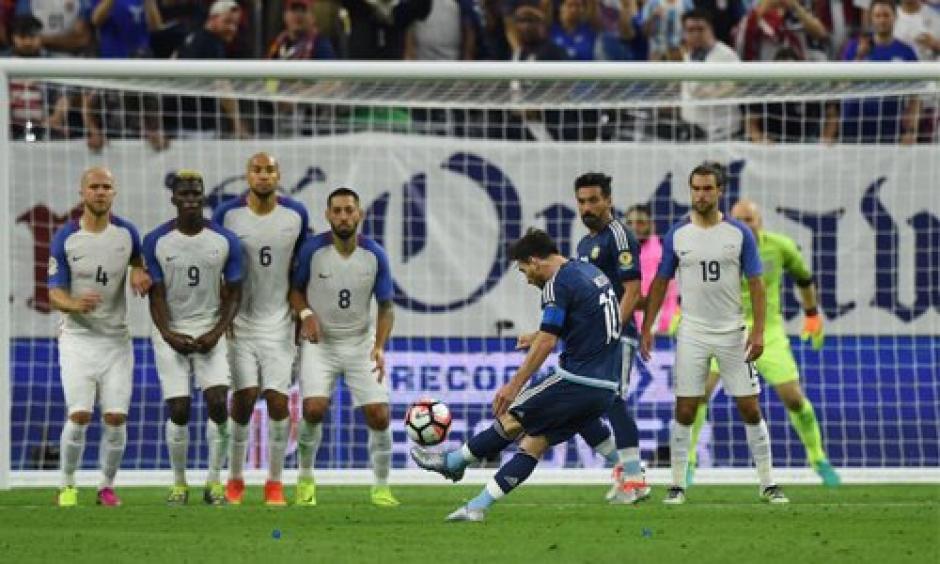 Así el cobro de Messi para anotar y superar a Batistuta como máximo golador de Argentina. (Foto: EFE)