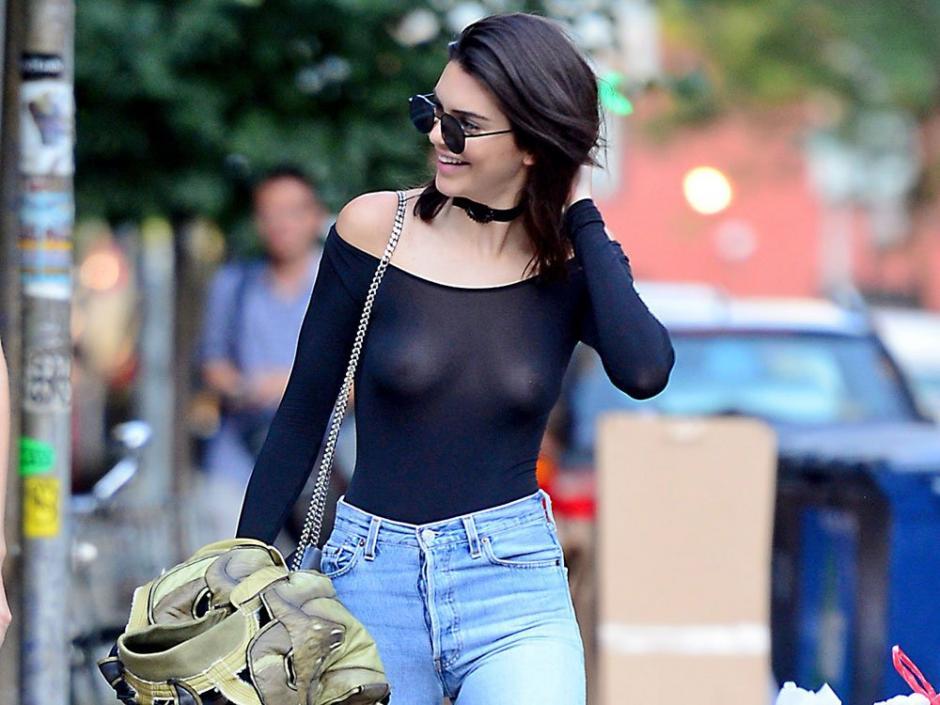 Kendall Jenner fue captada por los paparazzi que descubrieron que algo brillaba en su pecho. (Foto: Twitter)