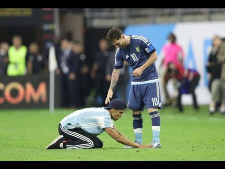 Messi le pidió al aficionado que se levantara del piso. (Foto: Espacio Futbol)