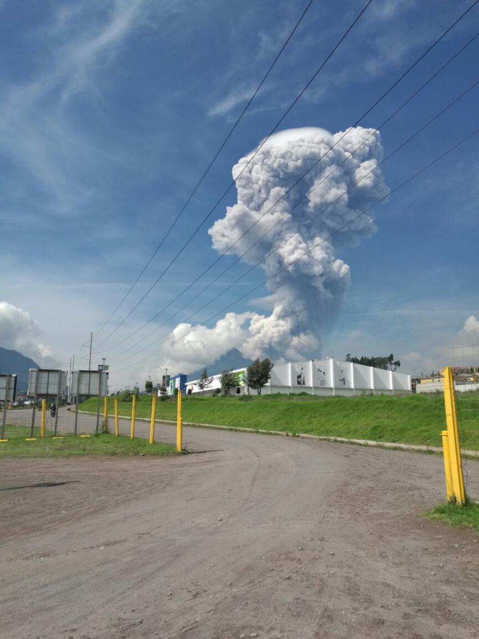 Vista de la explosión del Santiaguito desde Quetzaltenango. (Foto: Stereo100)