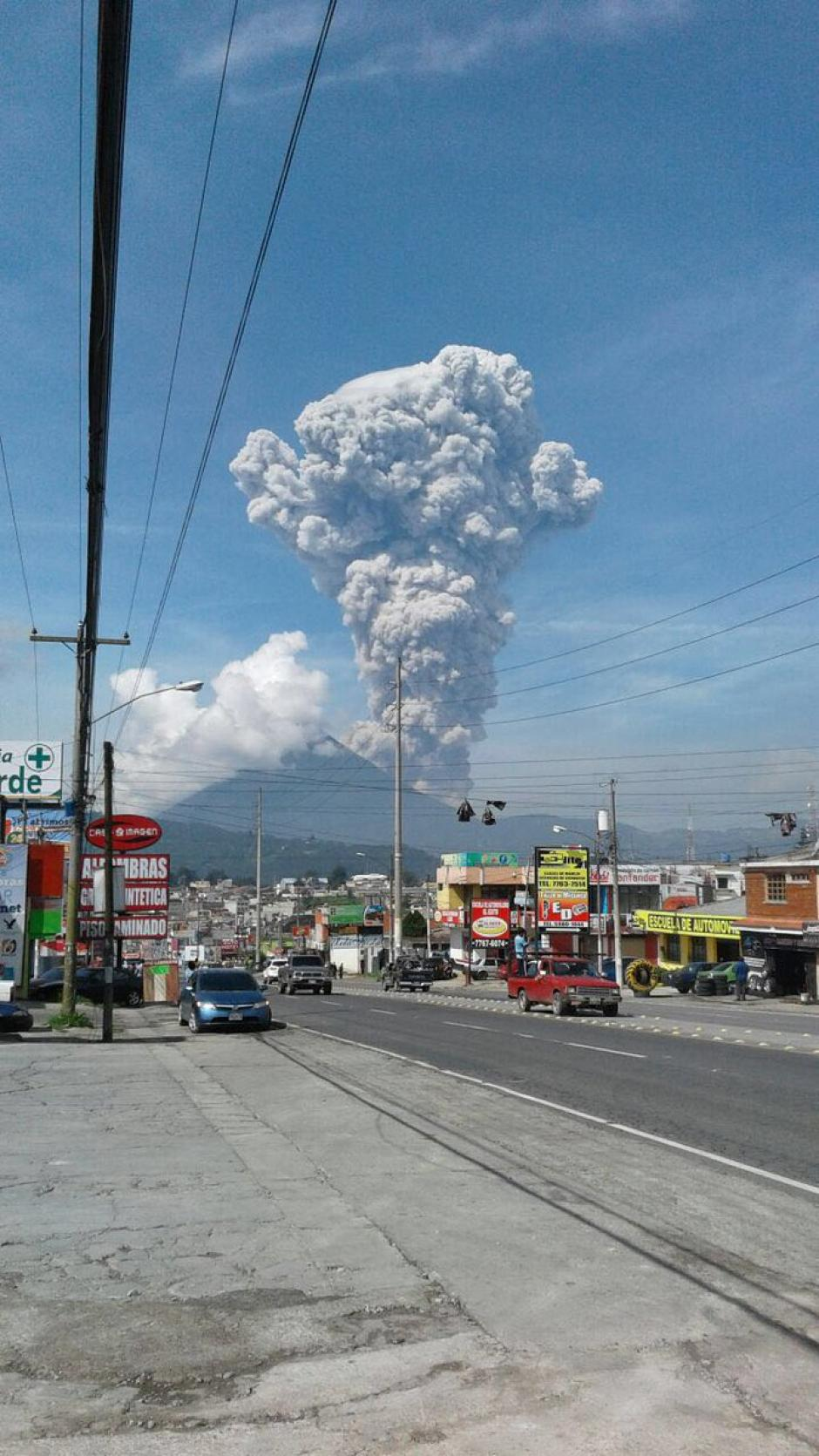 De diferentes puntos del suroccidente de Guatemala se pudo ver la explosión del Volcán Santiaguito. (Foto: Stereo100)