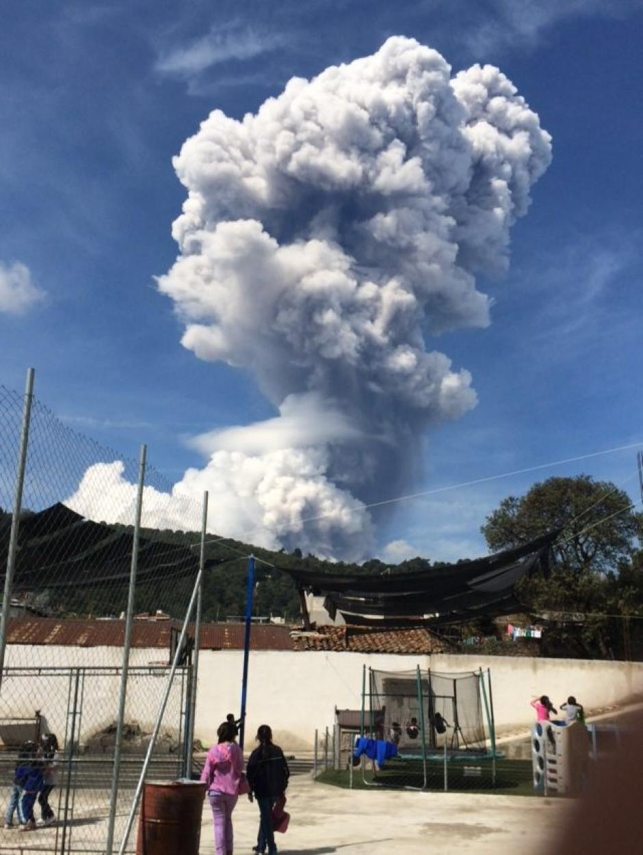 Cientos de personas reportaron la explosión del Santiaguito. (Foto: Twitter)
