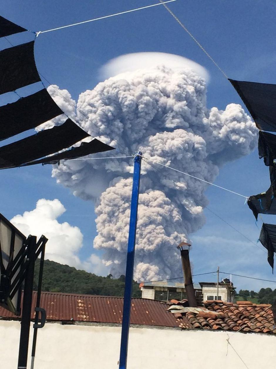 La creatividad de los fotografos aprovechando el espectáculo que regaló el Volcán Santiaguito. (Foto: Twitter).