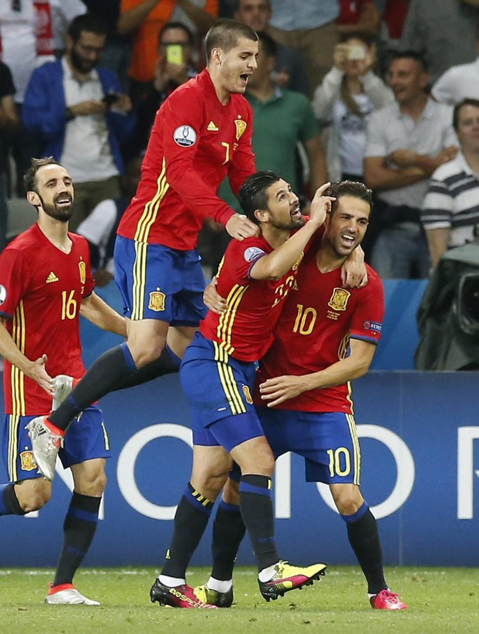 Los españoles festejaron por todo lo alto el triunfo sobre Turquía. (Foto: EFE)