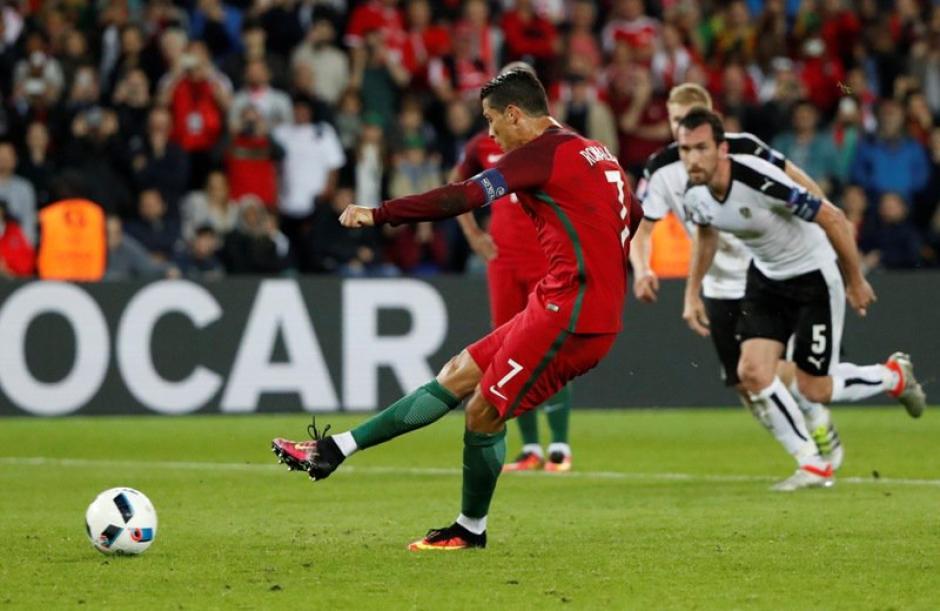 El momento del cobro del penalti que falló Ronaldo. (Foto: EFE)