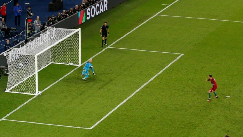 El balón lanzado por Cristiano se estampa en el poste. (Foto: EFE)