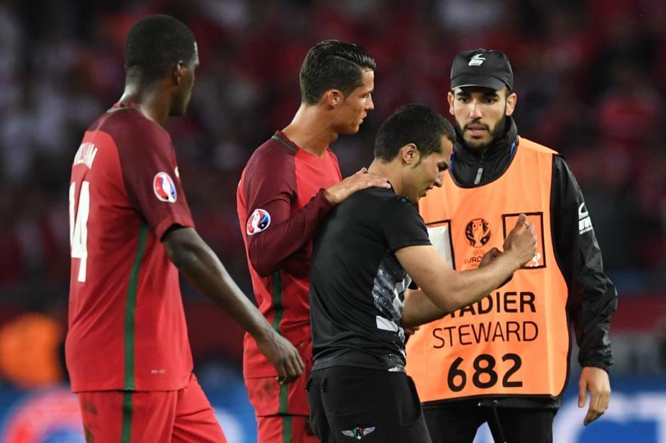 Cristiano Ronaldo no tuvo un buen partido, pero con este aficionado tuvo un buen gesto. (Foto: Captura de imagen)