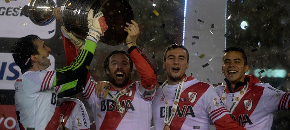 Los jugadores de River Plate levantan la Copa Libertadores 2015.