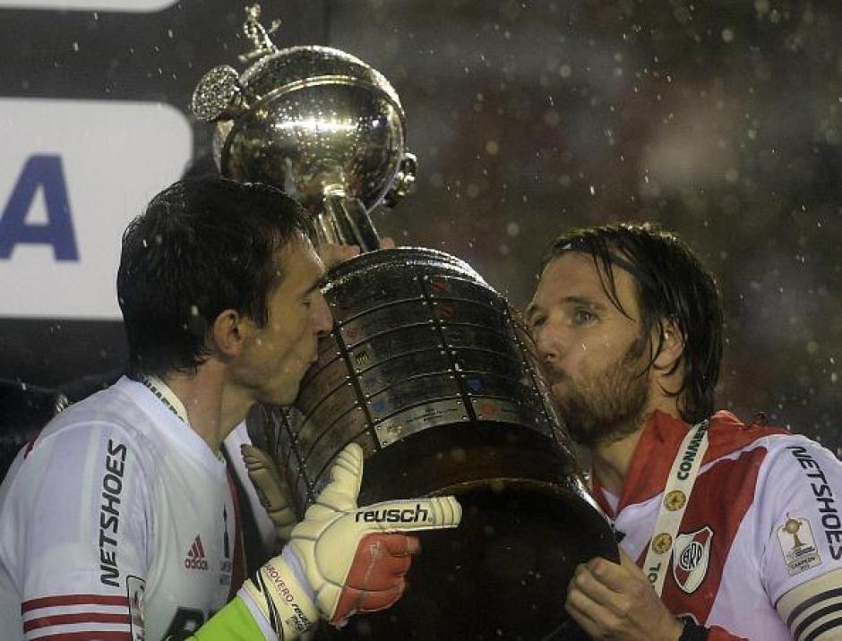 CavenaghiyBarovero levantan la Copa Libertadores 2015 que ganó River Plate.