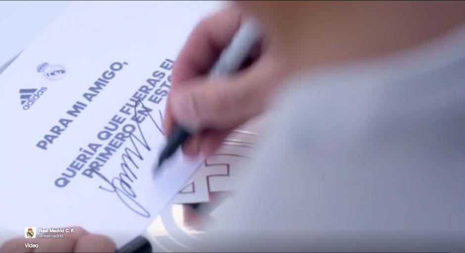 La camiseta va acompañada de una nota firmada por James. (Foto: Twitter/@realmadrid)