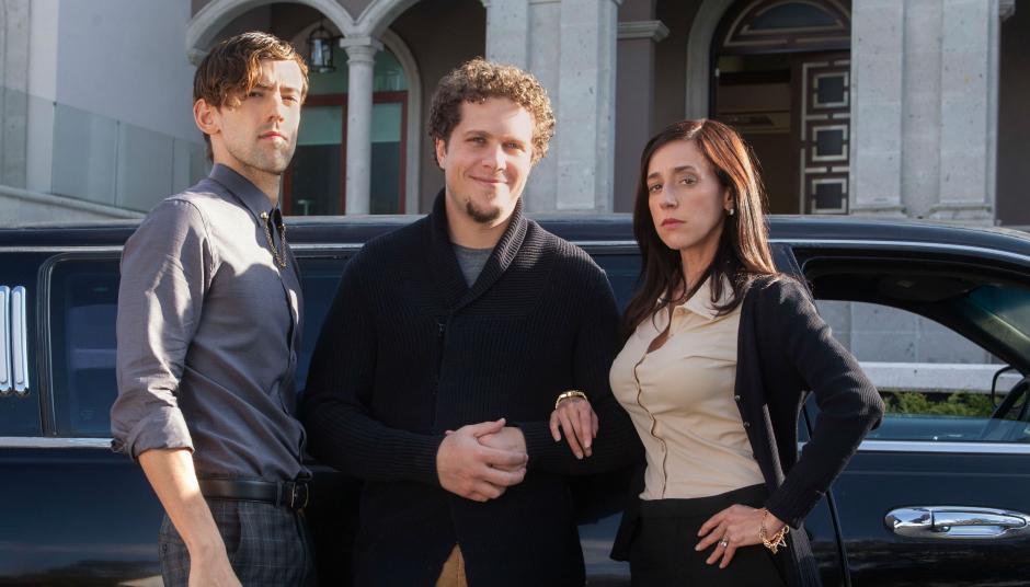 Luis Gerardo Martínez (izquierda) le da vida a Salvador Iglesias Jr., en la serie. (Foto: gaio.ninja)