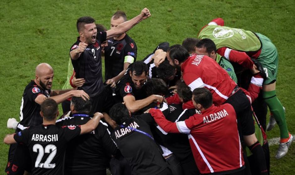 Histórico, Albania ganó su primer partido en una Eurocopa y aspira a pasar como uno de los mejores terceros. (Foto: AFP)