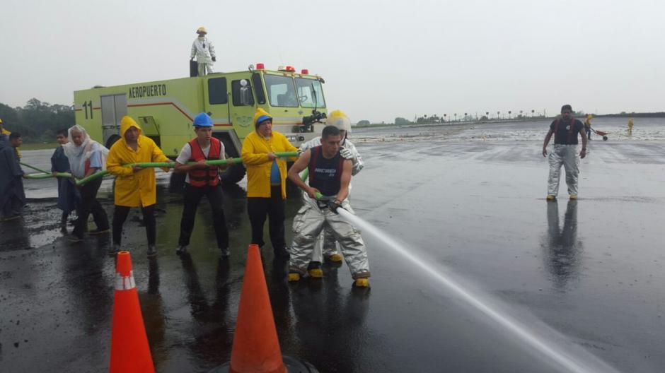 Luego del incidente se realizó una limpieza para evitar daños en otras aeronaves. (Foto: @guatemala_dgac)