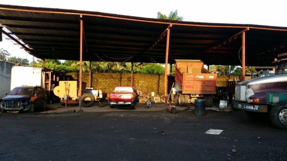 Vista de una galera donde se encontraron varios vehículos en una de las casas ligadas al supuesto narcotraficante. El MP buscaba evidencia. (Foto: MP)