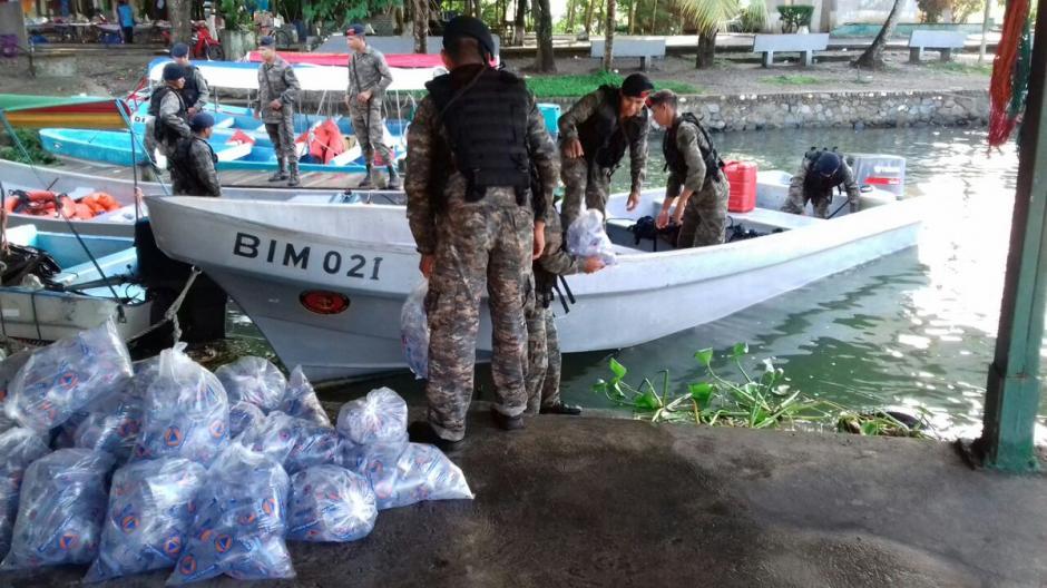 Las instituciones que integran el sistema Conred trasladaron ayuda humanitaria para personas afectadas en la aldea Punta de Caimanes. (Foto: Conred)