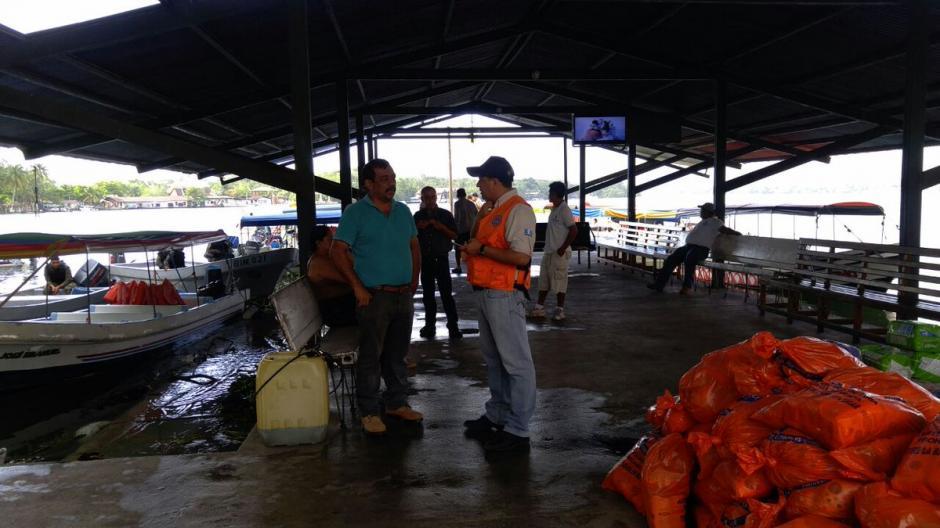 La entidades que integran el sistema Conred, trasladaron agua pura y alimentos básicos. (Foto: Conred)