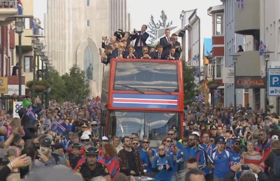 El autobus que llevó a los seleccionados de Islandia circuló por las principales calles y avenidas de la capital. (Foto: AFP)