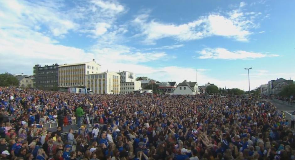 Miles de islandeses reciben a su Selección, tras la Eurocopa. (Foto: Twitter)