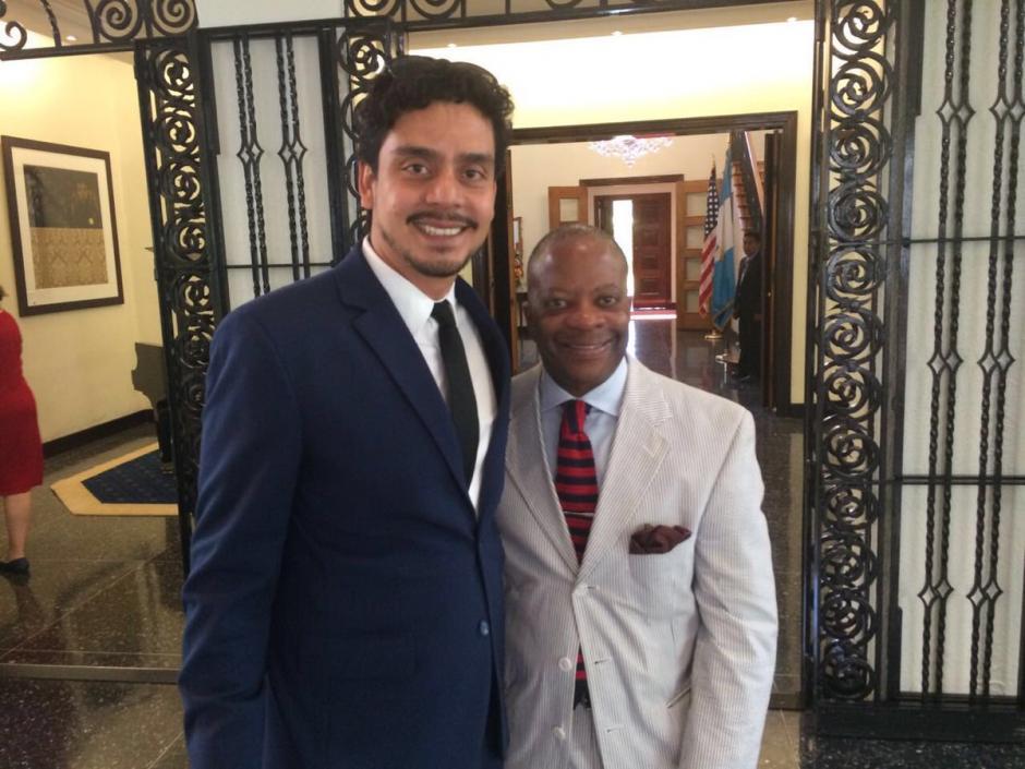 El embajador Todd Robinson junto al director de cine Jayro Bustamante. (Foto: @usembassyguate)