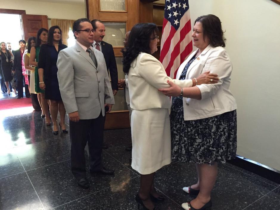 La ministra consejera acompañó al embajador durante la recepción de invitados. (Foto: @usembassyguate)