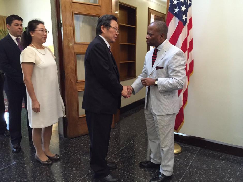 El embajador Todd Robinson recibió a los invitados a la celebración de independencia. (Foto: @usembassyguate)