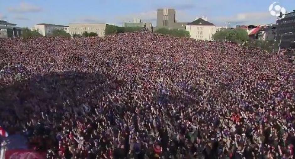Miles de islandeses recibieron a su Selección de fútbol. (Foto: Twitter)