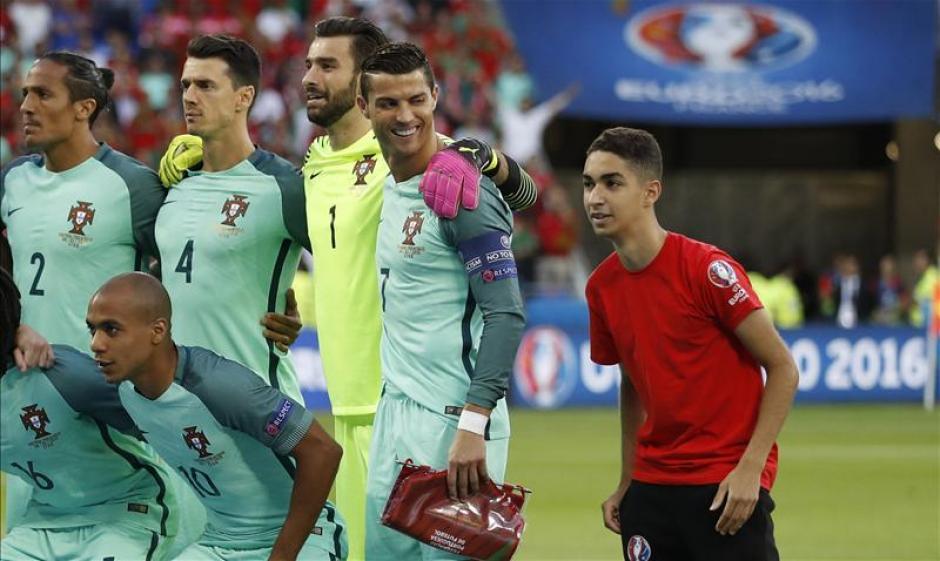 Un joven posó en la foto de grupo de Portugal. (Foto: Squawka News)
