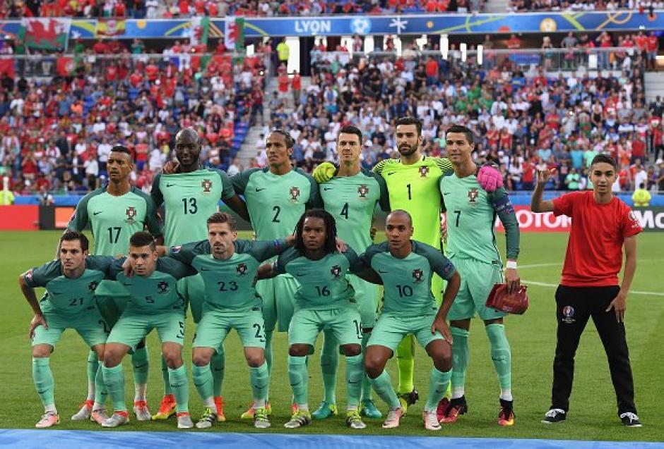 Un joven posó en la foto de grupo de Portugal. (Foto: EFE)